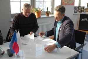 Umowę odalszej współpracy podpisali: Miroslav Franc, dyrektor Adalbertinum wHradec Králové orazJarosław Buzarewicz, dyrektor WOK